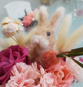 お花とにんじんに囲まれた可愛い手作りフェルトのウサギちゃん