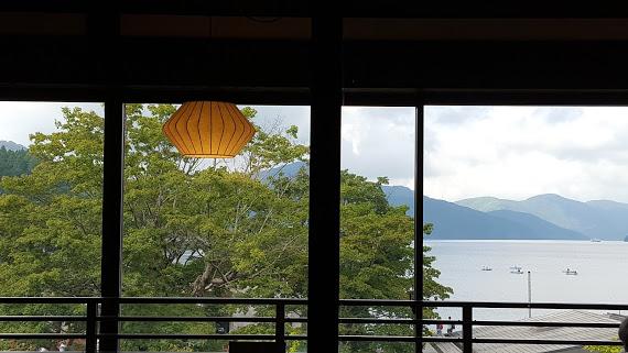 芦ノ湖を望む広々としたカフェ