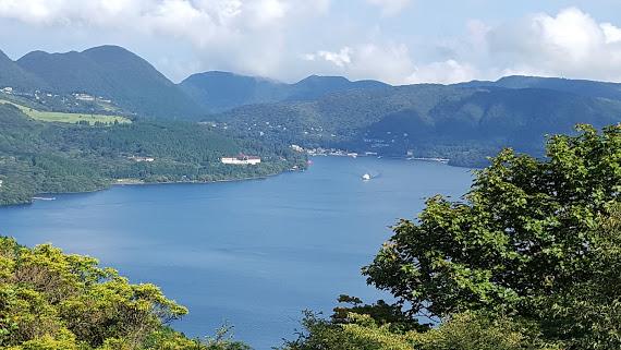 空と湖と青に囲まれた風景