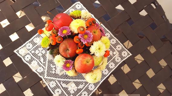 ピンポンマム、姫リンゴ、ローズヒップでポップなアレンジ
