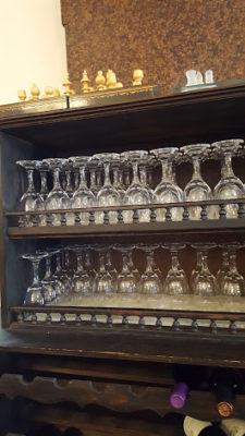 グラスとワインのためのきれいな木製の棚