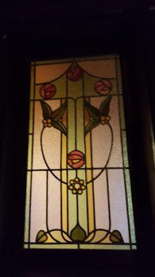 明り取りのステンドグラスがかわいらしい