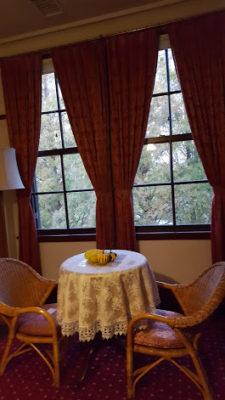外を眺めるためのテーブルでしょうか?