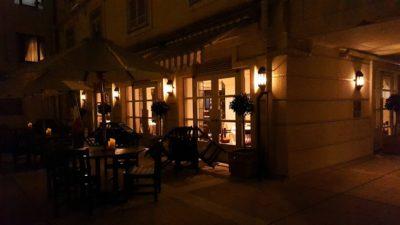 店内が暖かい灯で浮かび上がるレストラン