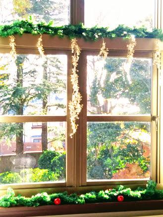 主寝室の窓もガーランドでクリスマス気分