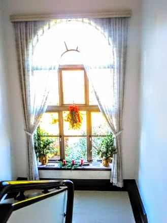 踊り場の大窓