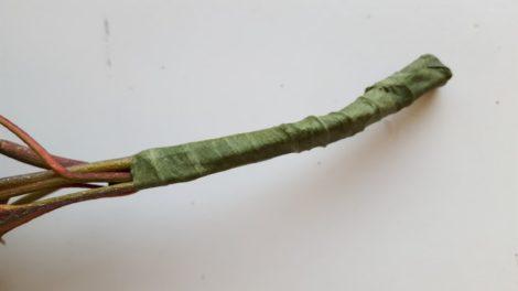 束ねた茎をフローラルテープで巻き上げる