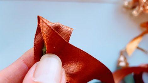 リボンの裏側で茎を覆い三角に折る