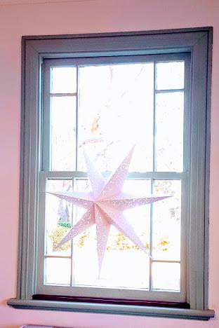 かわいい窓にIKEAの照明