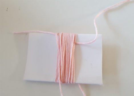隙間から糸を入れる