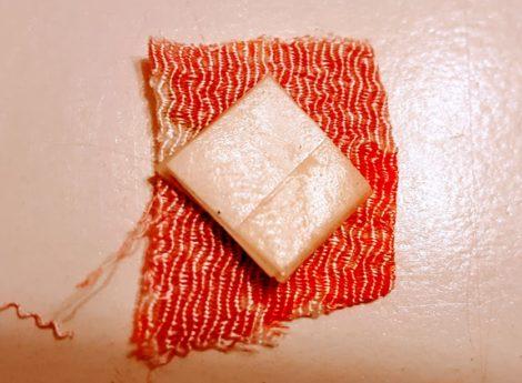 和布で厚紙を包む