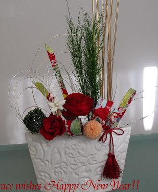 松、バラ、ピンポンマムのお正月飾り