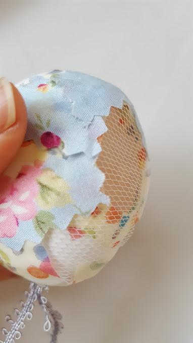卵に布を貼る