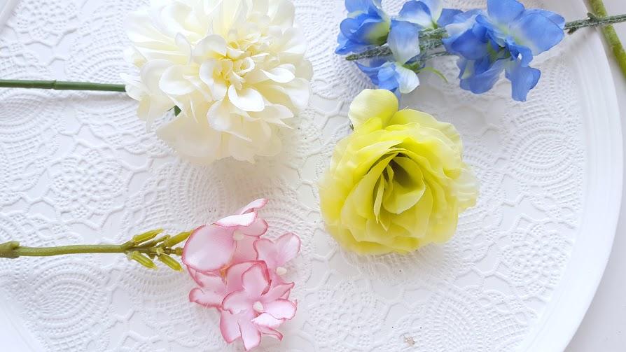 色で夏を感じさせる リシアンサス、デルフィニウム、アジサイ、小菊