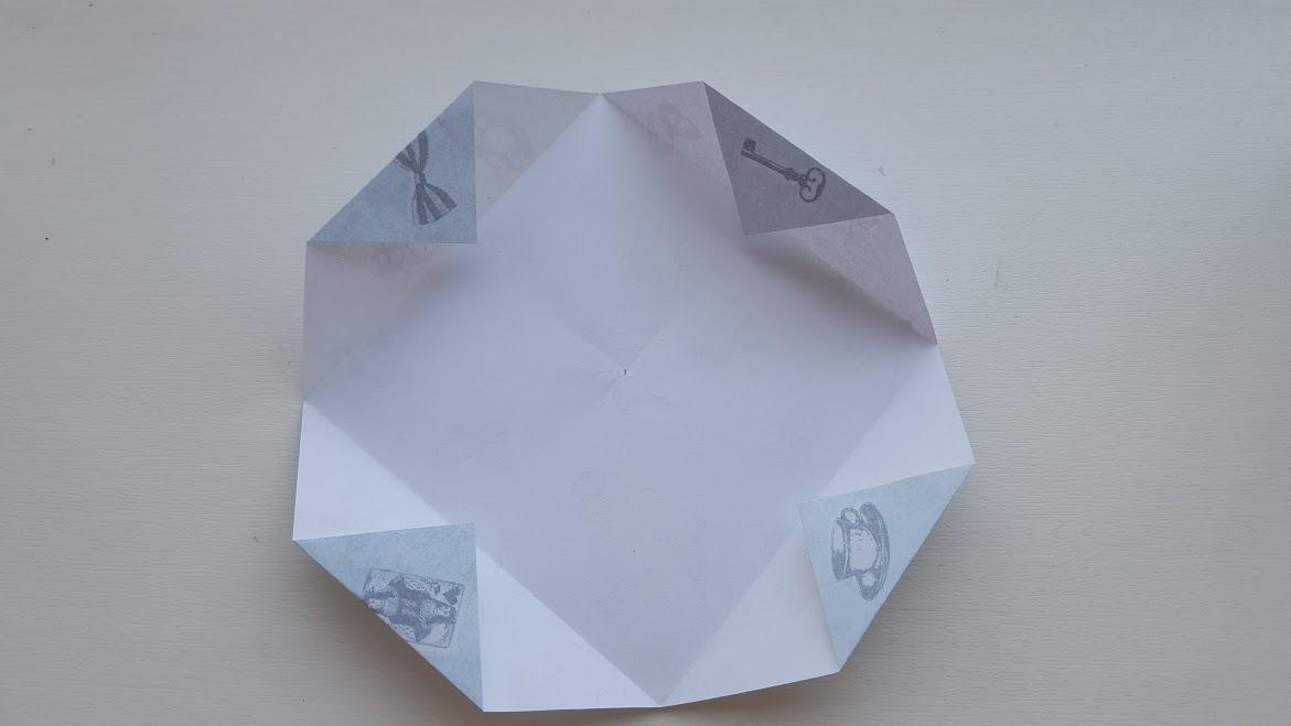 折った線の中心に角を付けて折る