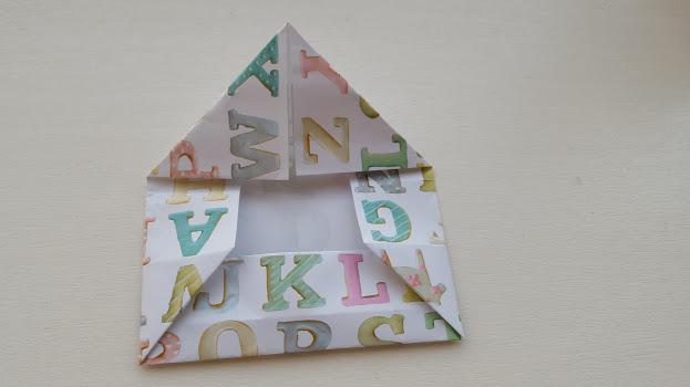 上の部分の左右の角を三角になるように折る