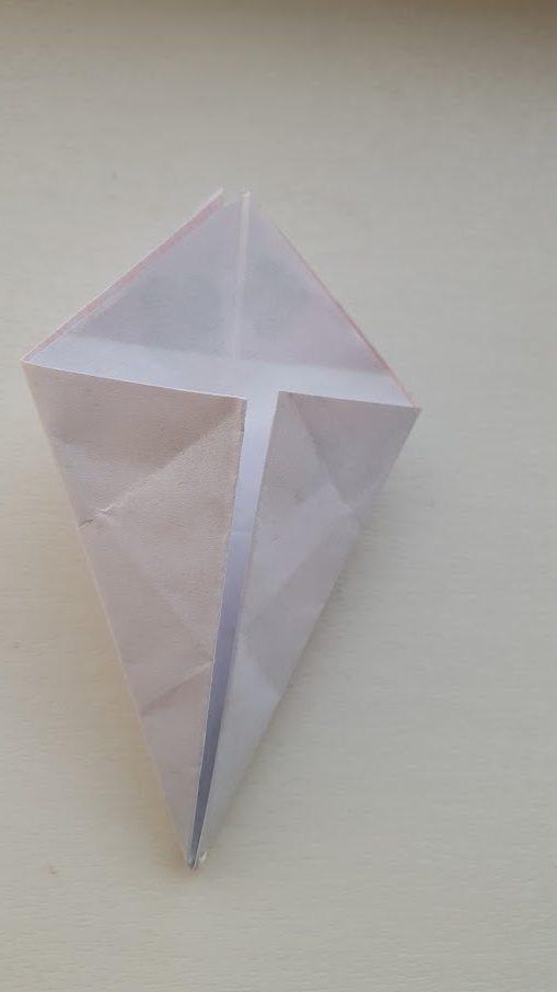 袋になっている辺を中心線に合わせて折る