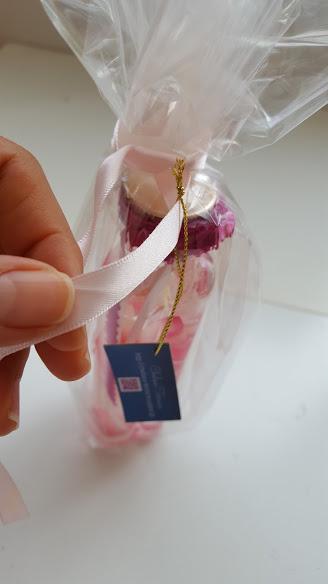 メッセージカードに紐を付けてリボンを通す