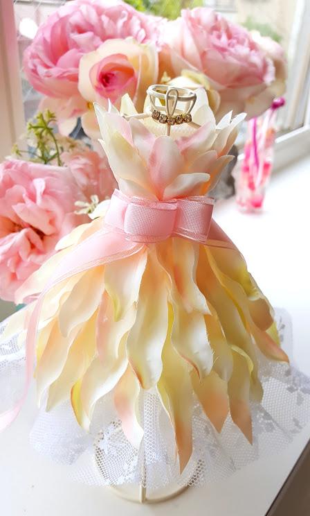 ミニトルソー ウェディングドレスを花びらで 作り方は簡単