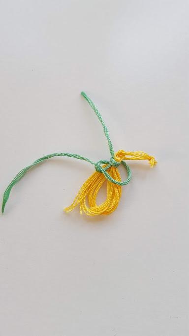巻いた糸を輪に通す