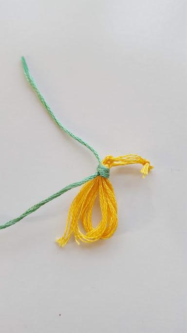 上に出ている糸を引っ張る
