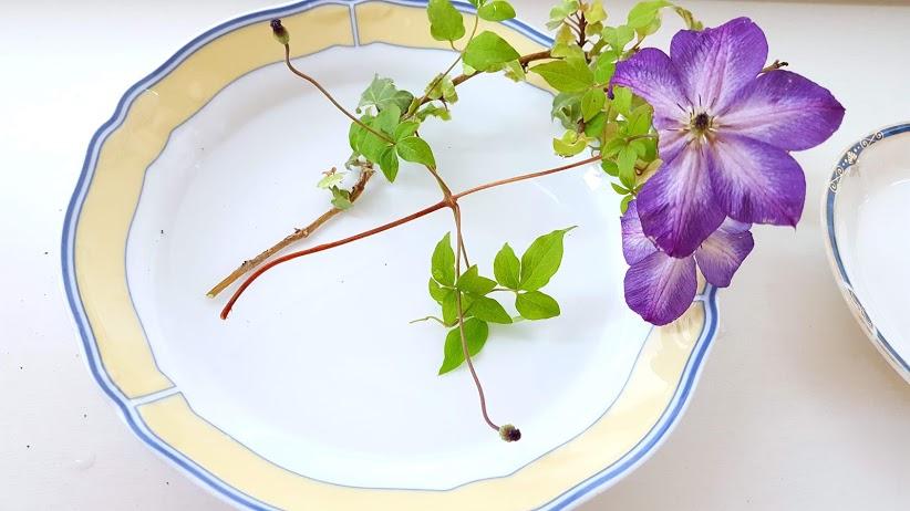 食器とクレマチス