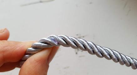 刺繍糸をのせる