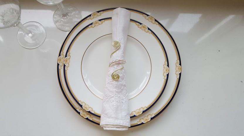 ナプキンリングのあるテーブルセッティング