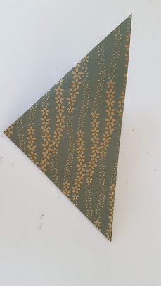 もう一回折り紙を対角線で折る