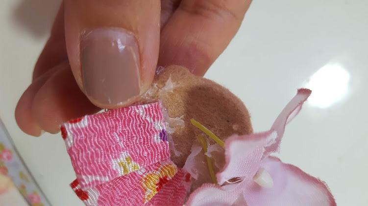 和布のリボンと小花