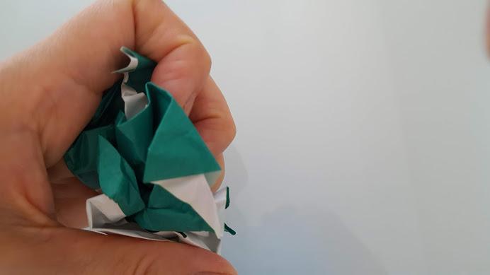 折り紙を握る