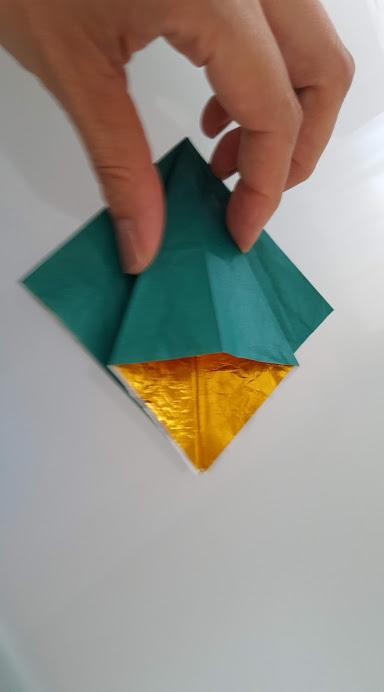 三角部分を開いて折る