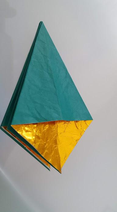 三角部分を開いて全部折る