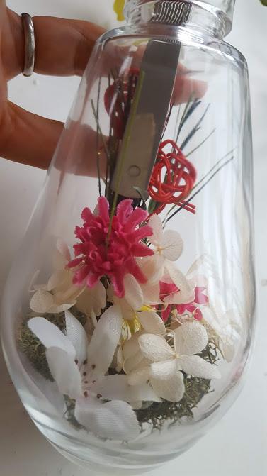 寄せて他の花材を入れる