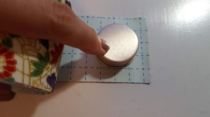 テープにキャップを合わせる