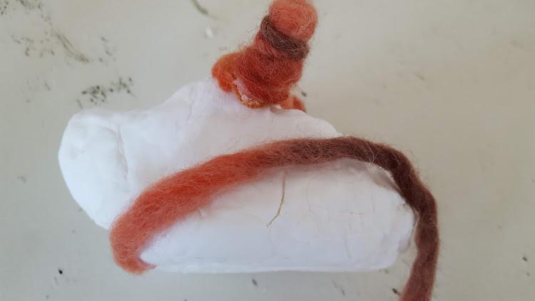 下から毛糸を巻く