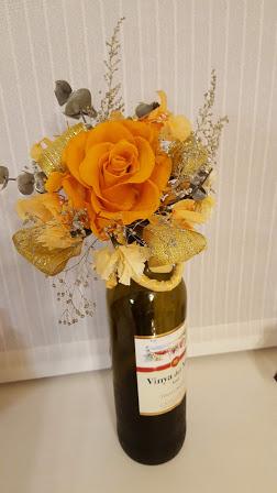 ワインボトルのネックに飾ったプリザーブドフラワー
