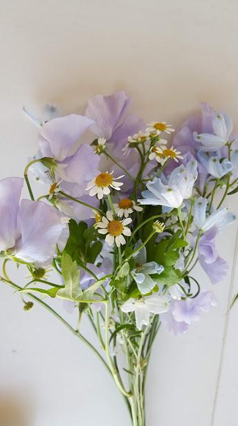 ブルーと反対色の花束