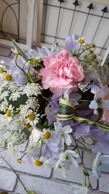 スーパーで買える花束も色とりどり、季節に合った花束が見つかりますよね。 価格も手ごろで小さいものなら1束、ちょっと大きめのアレンジメントでも2束あれば素敵なアレンジメントができますよ。 あまり難しく考えずに簡単にできるアレンジメントのポイントをご紹介します。  簡単フラワーアレンジメントに必要なもの 簡単フラワーアレンジメントの作り方 アレンジメント 春色の花を使った簡単な作り方 スーパーの花を使いますのまとめ