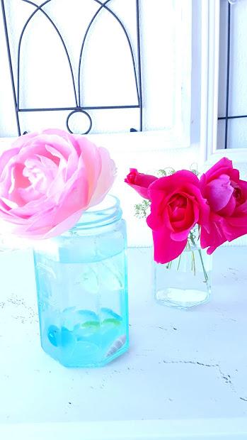空き瓶にシーグラスを入れて花留め