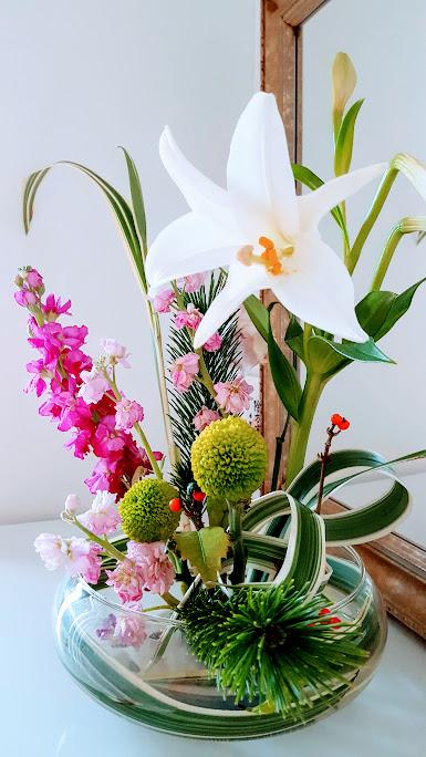 鉄砲ユリの玄関の生け花