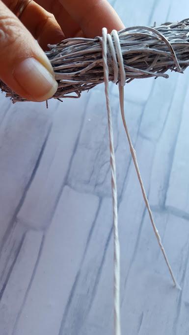 リースの土台作り ワイヤーを巻く