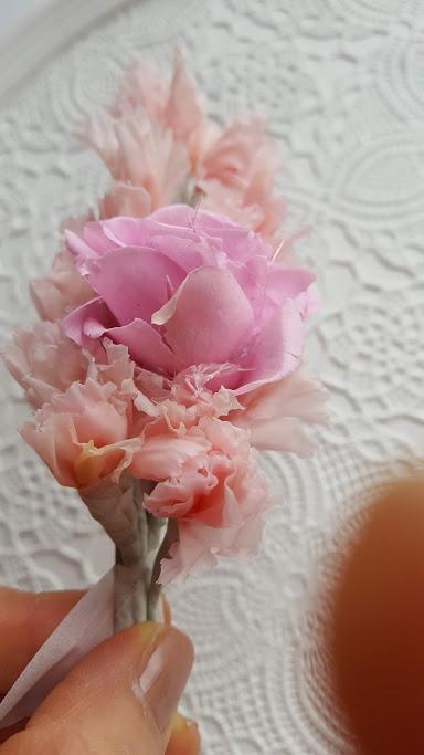 バラの下も続けて花材を置く