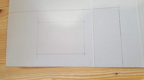 厚紙に窓を書く